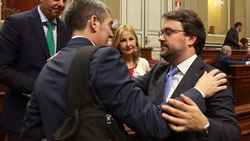 El presidente del Gobierno de Canarias, Fernando Clavijo (i), saluda al presidente del grupo Popular, Asier Antona