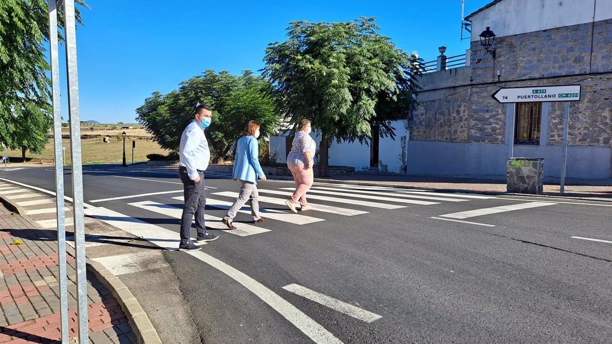 Cristina Casanueva (centro), cruza por un paso de cebra la travesía de Torrecampo