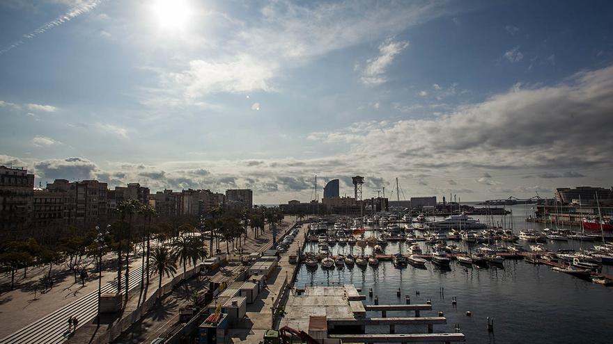 El tradicional puerto de la Barceloneta se enfrenta a una remodelación que lo llenará de embarcaciones de gran eslora / CARMEN SECANELLA
