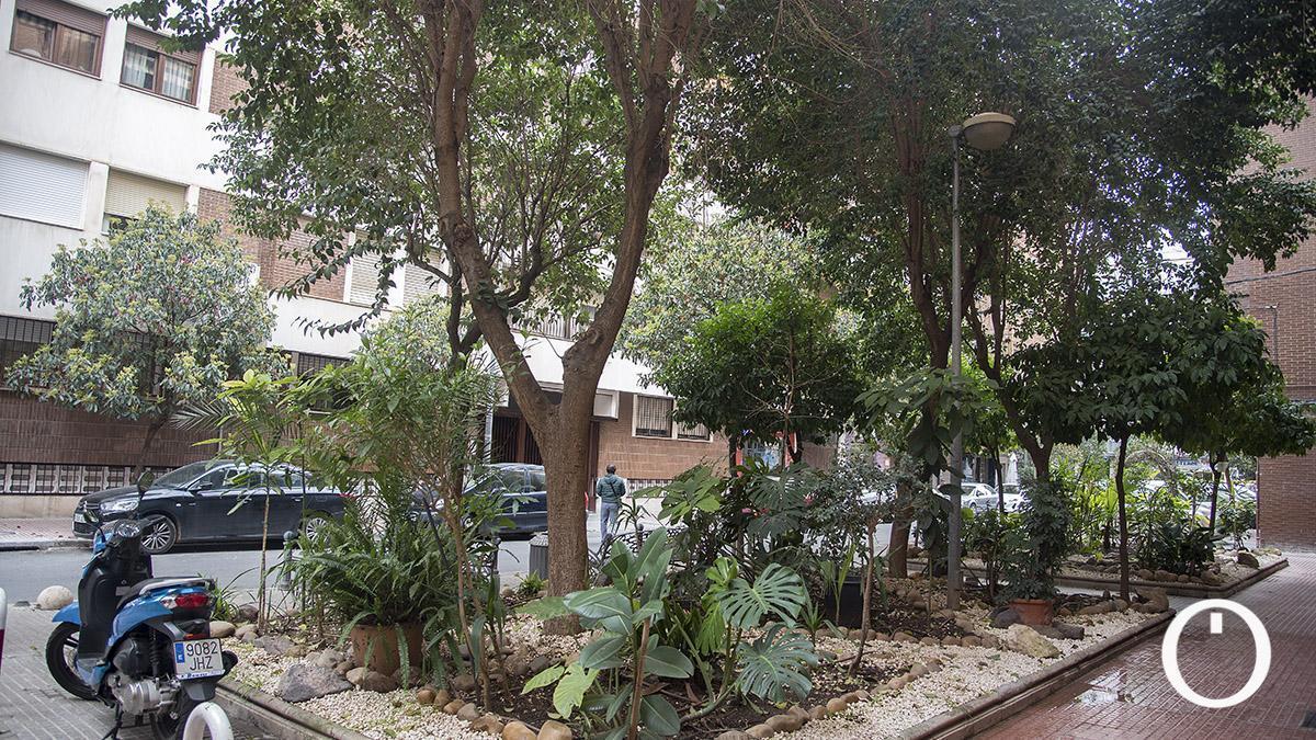 Parterre botánico en la calle Villa de Rota.
