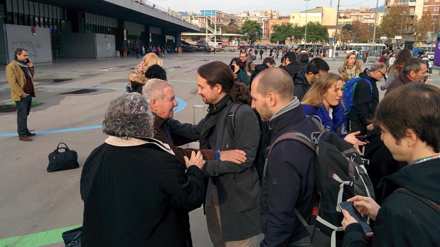 Un ciudadano saluda a Pablo Iglesias a su llegada a Barcelona