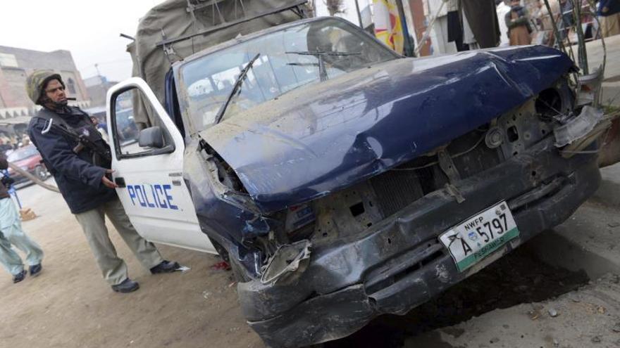 Mueren 6 policías en Pakistán en ataques cerca del domicilio de un líder político