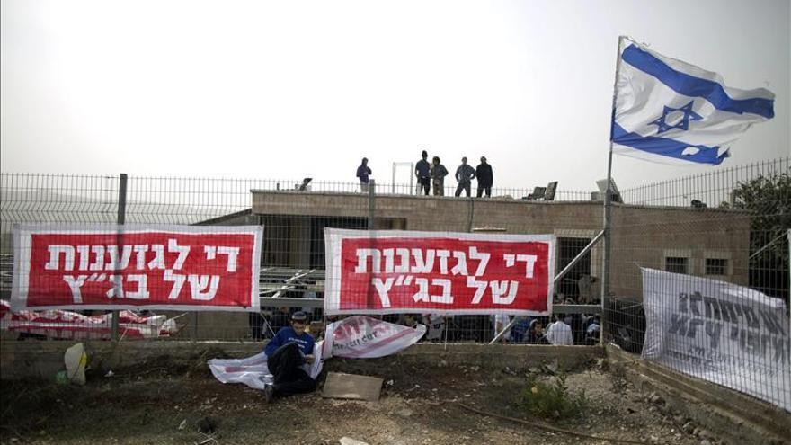 Colonos se encierran para evitar la demolición de una sinagoga en tierras privadas palestinas