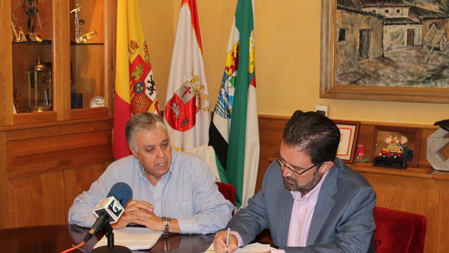 Miguel Bernal, director de Extremadura Avante, junto con el Alcalde de Villafranca de los Barros, Ramón Ropero.