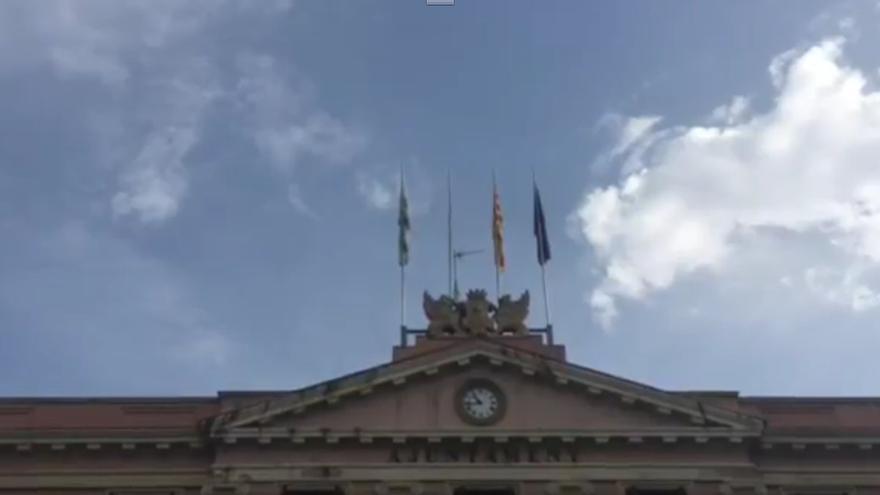 Crida per Sabadell descuelga la bandera española del Ayuntamiento en apoyo a Venturós (CUP)