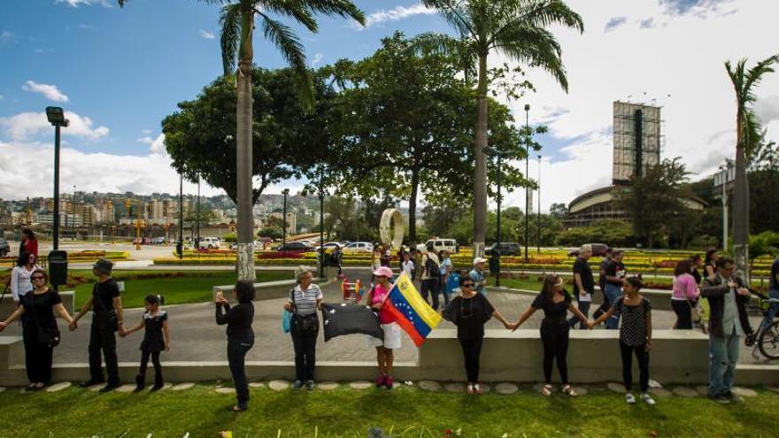 Con flores como ofrenda, los venezolanos recuerdan a las víctimas de la violencia