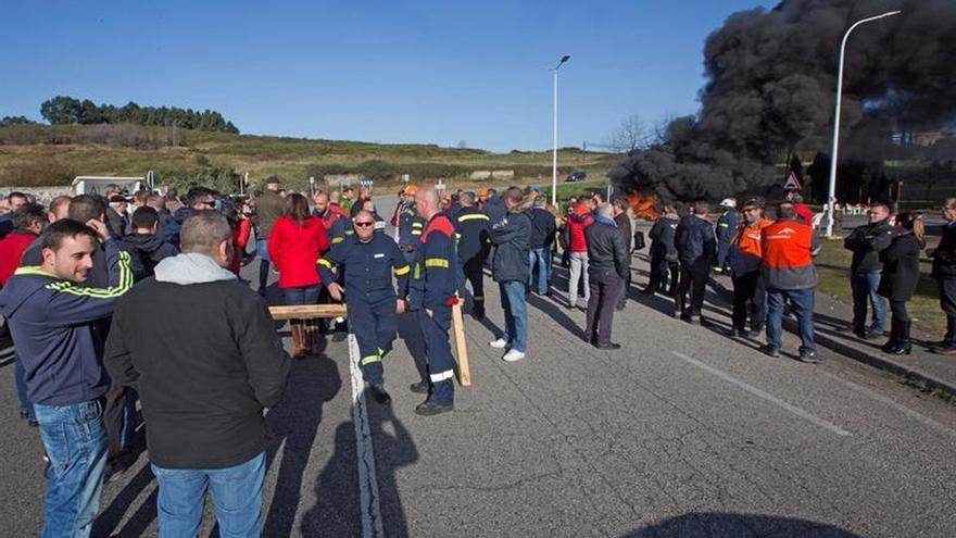 Los trabajadores de Alcoa cortan la carretera frente a la fábrica de Avilés