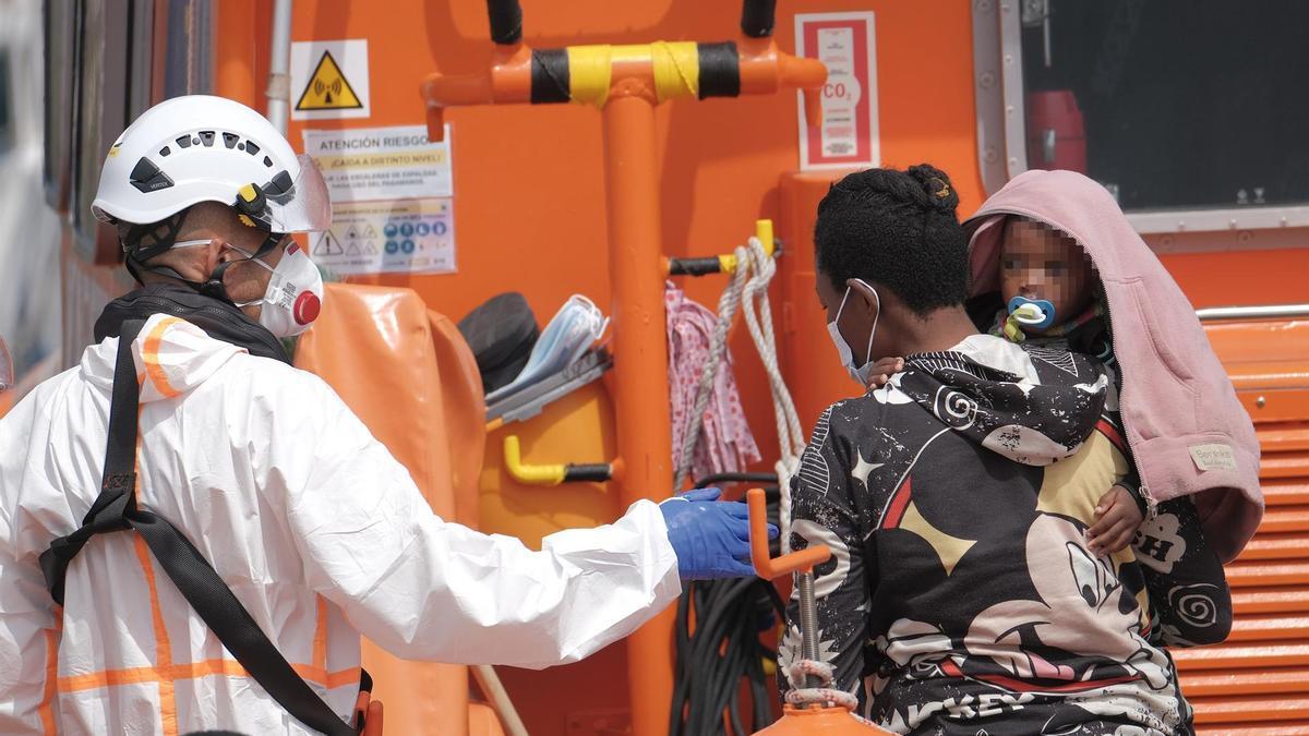 La Salvamar Macondo, de Salvamento Marítimo, ha desembarcado a las 12.30 horas en el puerto de Arguineguín (Gran Canaria) a 25 inmigrantes de origen subsahariano (un bebé, siete mujeres y 17 hombres), a los que rescató a unos 29 kilómetros al sureste de Maspalomas. EFE/Ángel Medina G
