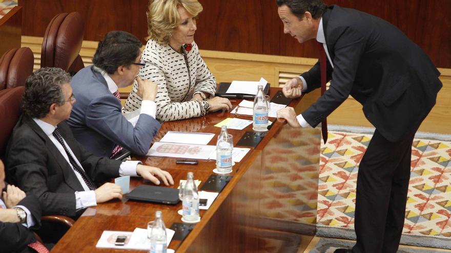La presidenta de la Comunidad de Madrid, Esperanza Aguirre, conversa con el ex concejal-presidente del distrito de Salamanca y portavoz del grupo popular en la Asamblea de Madrid, Íñigo Henríquez de Luna (d), durante la sesión constitutiva de la IX legislatura de la Asamblea.