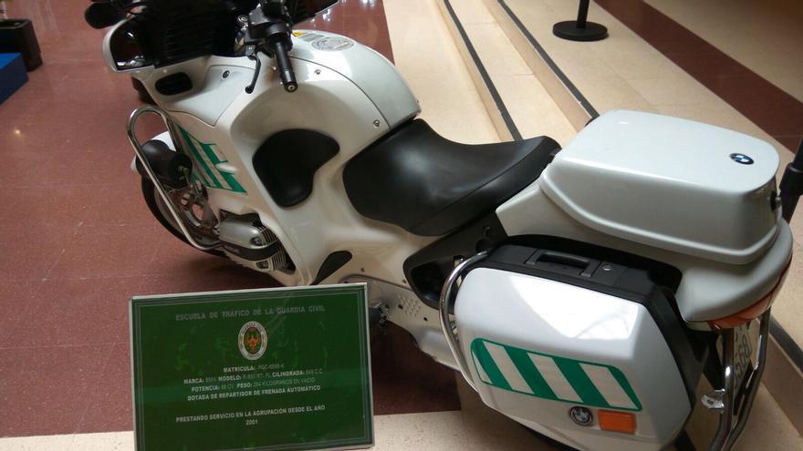 Moto BMW R850RT en exposición en la Escuela de Tráfico de la Guardia Civil de Mérida.