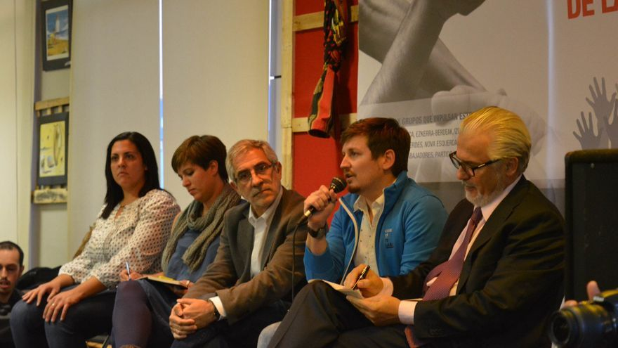 Baltasar Garzón (en primer término), Tasio Oliver, Gaspar Llamazares, Beatriz Talegón y Carolina Huelmo. / Agustín Millán