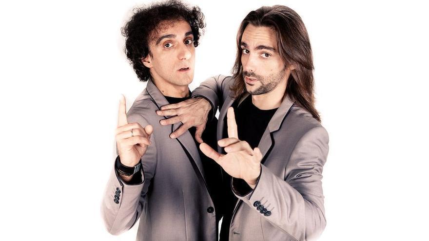 Los dos humoristas que realizan el espectáculo de teatro de improvisación