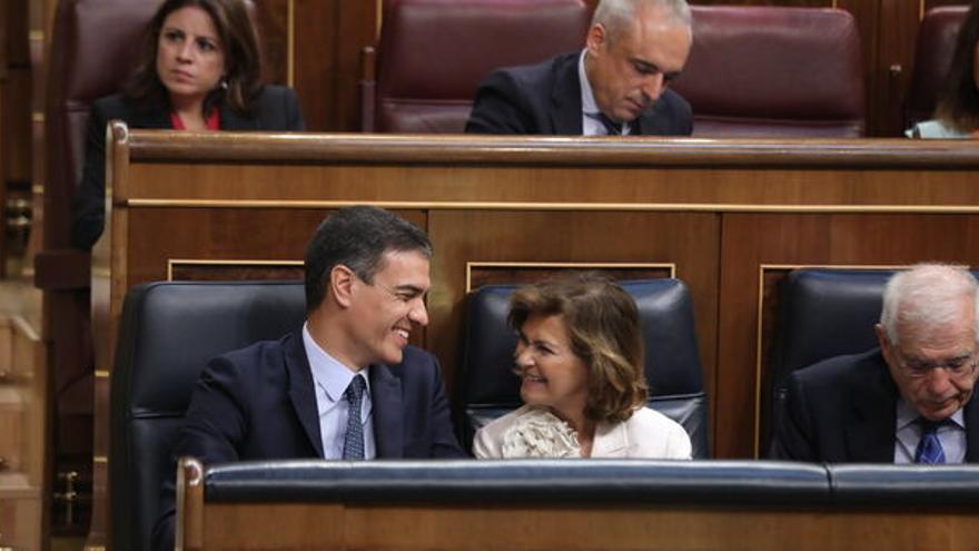 Pedro Sánchez y Carmen Calvo en el Congreso con otros miembros del PSOE