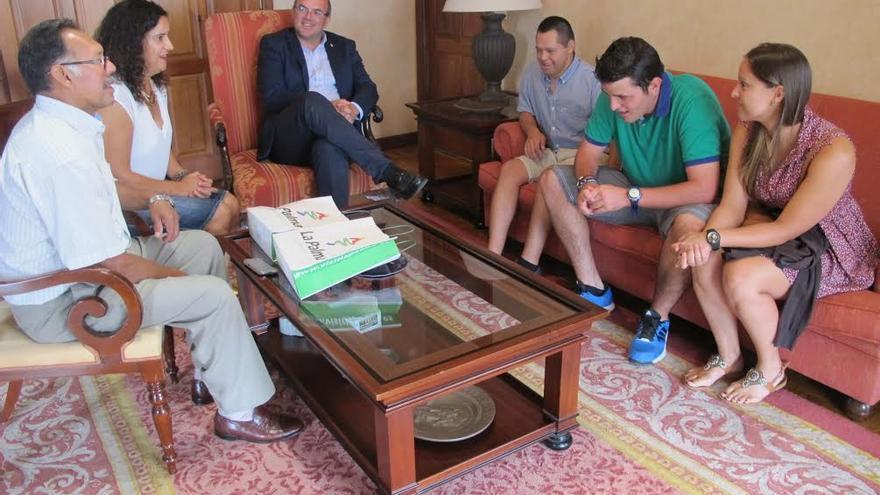 El presidente del Cabildo, Anselmo Pestana, y la consejera de Asuntos Sociales, Jovita Monterrey, han recibido la visita Alby Cáceres y Miguel Ángel Casupa.