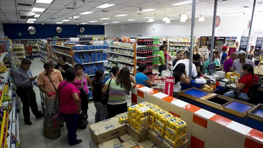 Un estudio dice que los venezolanos visitan cuatro comercios para hallar productos
