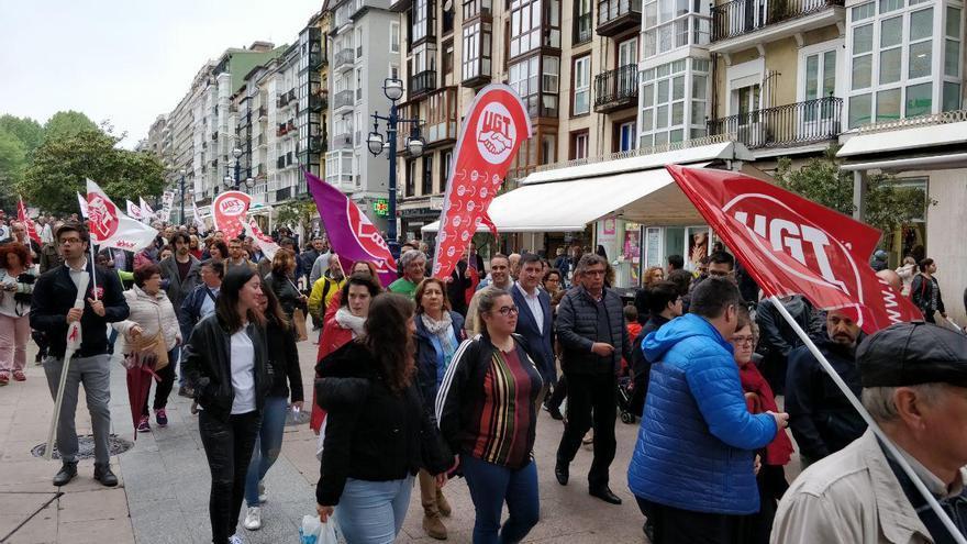 La marcha a su paso por la calle Burgos. Entre los asistentes, el consejero de Educación. | A.H.