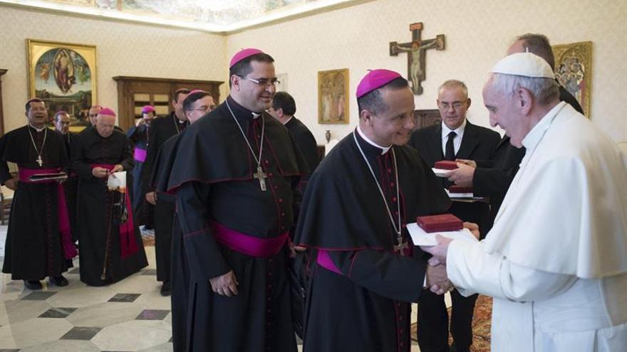 El Papa explicó a los obispos que la canonización de Romero debe ir a su ritmo
