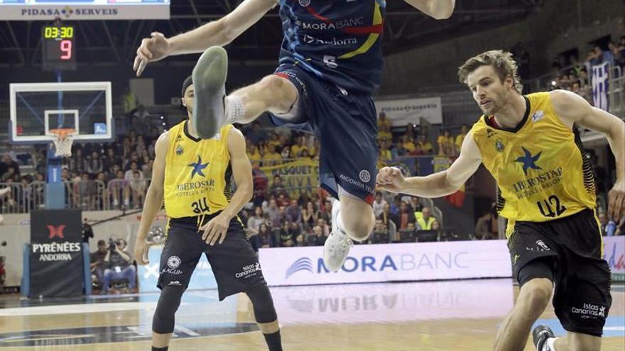 Thomas Schreiner (c), base austríaco del MoraBanc Andorra, pierde el balón ante Aaron Doornekamp (d), ala pívot holandés del Iberostar Tenerife. EFE/Fernando Galindo