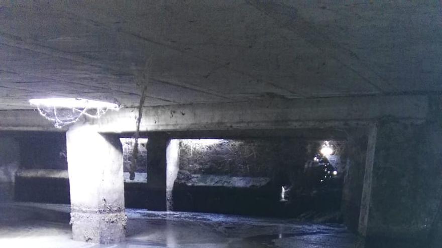 Imagen del interior del depósito donde se mezclan aguas residuales y limpias antes de derivarse a una acequia para riego