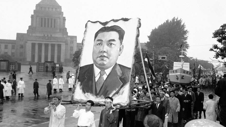 Manifestantes norcoreanos portan un retrato del líder Kim Il Sung frente al parlamento japonés en Tokio durante la festividad del Día de Mayo el 2 de mayo de 1959of the Japanese National Diet (parliament) building in Tokyo during May Day festivities on May 2, 1959