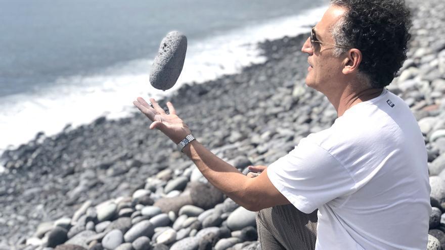 El artista canario Tomaso Hernández en la playa de Los Guirres.