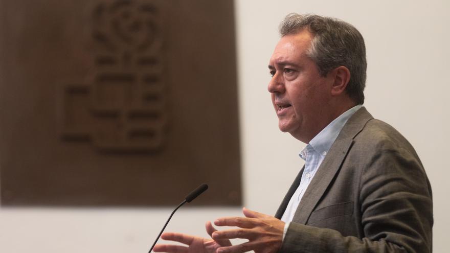 El secretario general del PSOE de Andalucía y candidato socialista a la Presidencia de la Junta, Juan Espadas (c), atiende a los medios de comunicación tras su reunión con alcaldes y representantes locales de municipios andaluces de más de 50.000 habitant