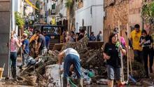 Una ola de voluntarios limpia Sant Llorenç mientras sigue la búsqueda del niño