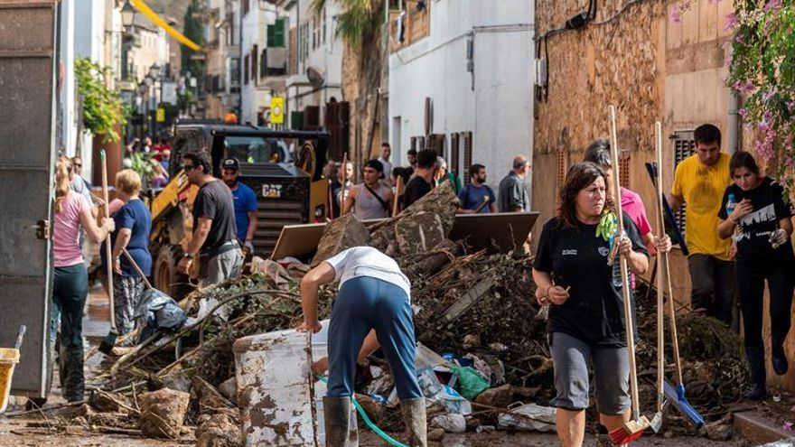 Una ola de voluntarios limpia Sant Llorenç mientras sigue búsqueda del niño