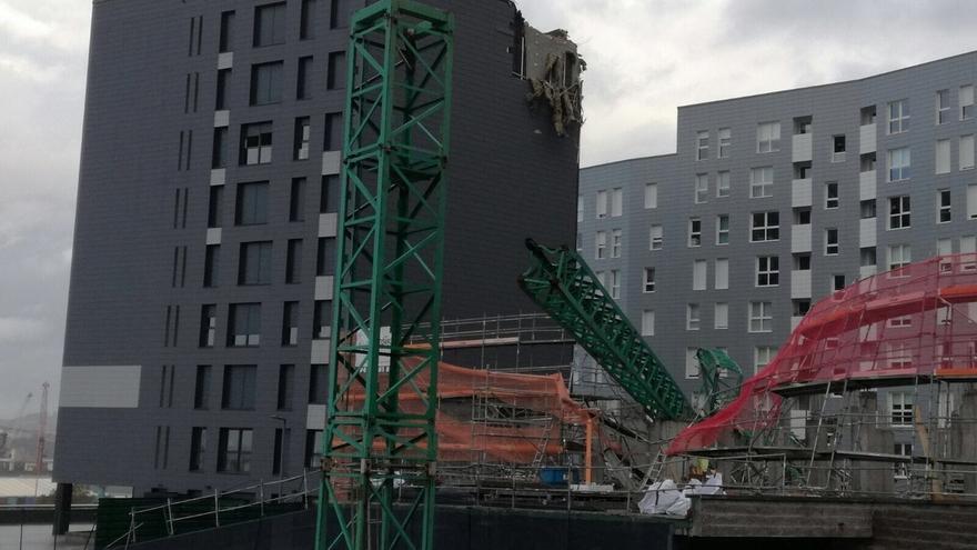 Técnicos municipales analizan los daños registrados en el edificio de Santurtzi afectado por la caída de una grúa