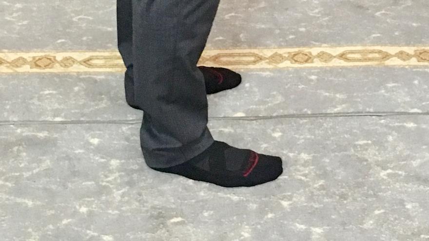 Uno de los ertzainas, descalzo en la mezquita