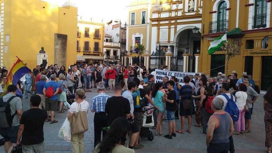 """VÍDEOS   Decenas de personas piden que se saquen """"ya"""" los restos de Queipo de Llano de la Macarena"""