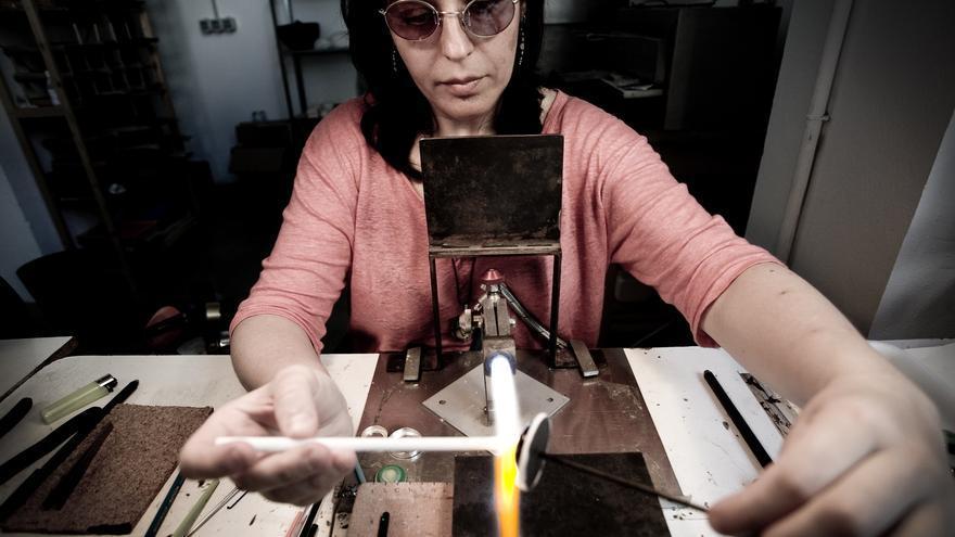 Sonia comparte su estudio con Miguel. Se dedican  al diseño y elaboración artesanal de joyas de vidrio. También realizan maravillosas reproducciones arqueológicas de vidrio antiguo.