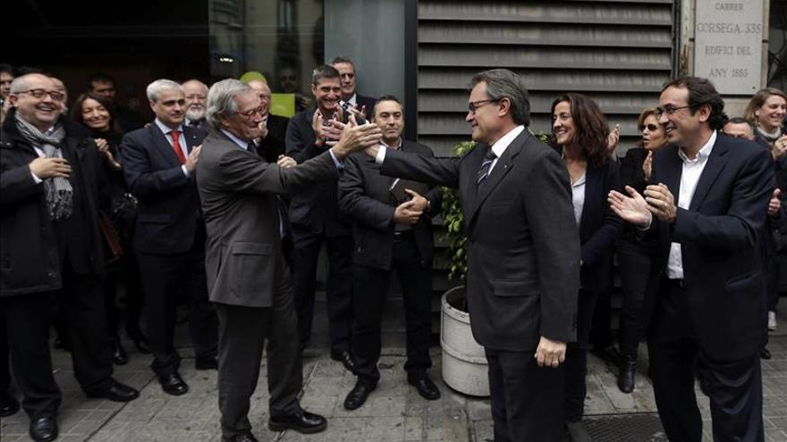 Artur Mas saluda al alcalde de Barcelona, Xavier Trias, a su llegada a la sede de CDC.