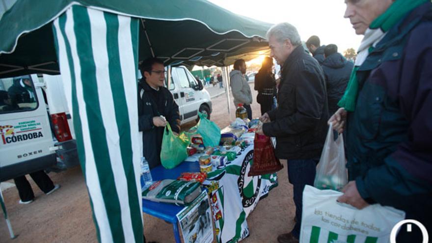 Entrega de alimentos en los alrededores del Arcángel FOTO: ALVARO CARMONA