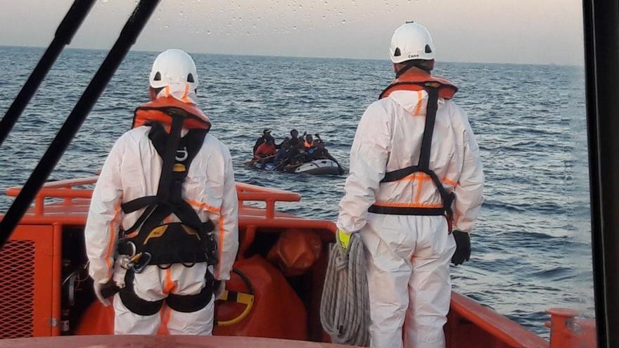 (Resumen) Rescatan a más de 330 personas de 17 pateras en aguas del Estrecho y mar de Alborán este sábado