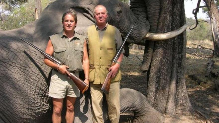 El rey Juan Carlos de Borbón posa con un elefante tiroteado en una cacería en Botsuana
