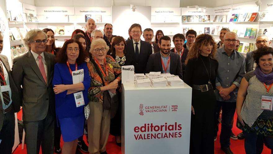 El presidente Ximo Puig en su visita al pabellón valenciano en la Feria del Libro de Frankfurt.
