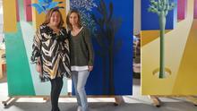 La concejal de Cultura, Charo González, junto a la artista en su estudio.