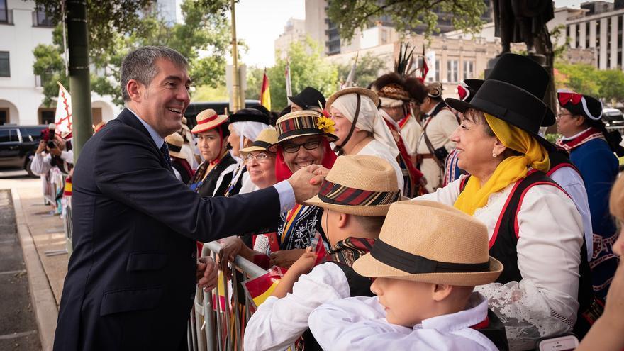 El presidente del Gobierno de Canarias, Fernando Clavijo, junto a descendientes canarios en Estados Unidos.