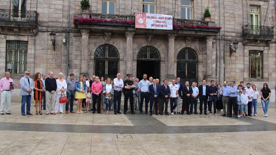 Torrelavega y Reinosa guardan un minuto de silencio en recuerdo de Miguel Ángel Blanco y las víctimas del terrorismo