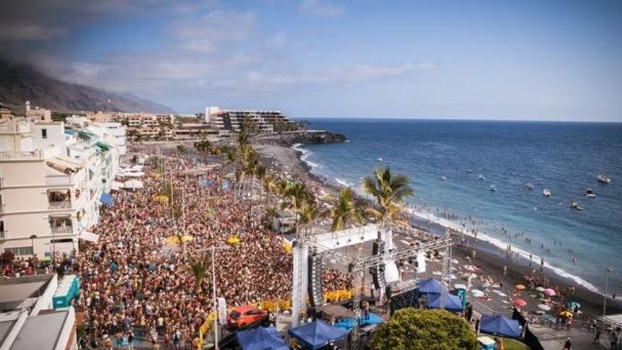 Miles de personas disfrutaron de la música y el buen ambiente en el Paseo Marítimo de Puerto de Naos.