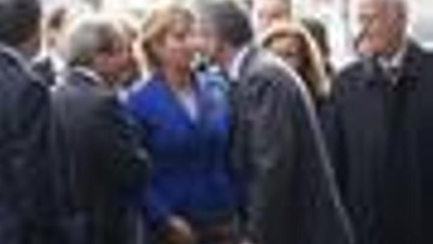 Gallardón y Aguirre se reencuentran en Plaza de Castilla con un sutil beso