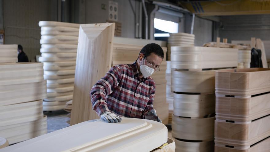 Un trabajador en una fábrica de ataúdes de Terrassa (Barcelona), el pasado miércoles 7 de abril.