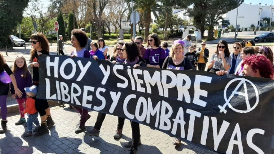 Colectivos feministas, mujeres rurales y pensionistas se han unido en un abrazo colectivo con la lucha por bandera