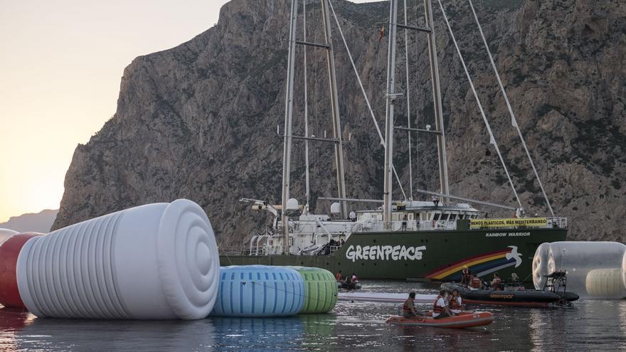 El buque Rainbow warrior durante la protesta / Pedro Armestre