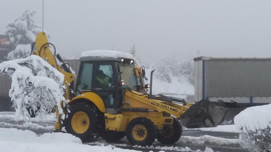 La nieve obliga a cerrar al tráfico el puerto alavés de Opakua