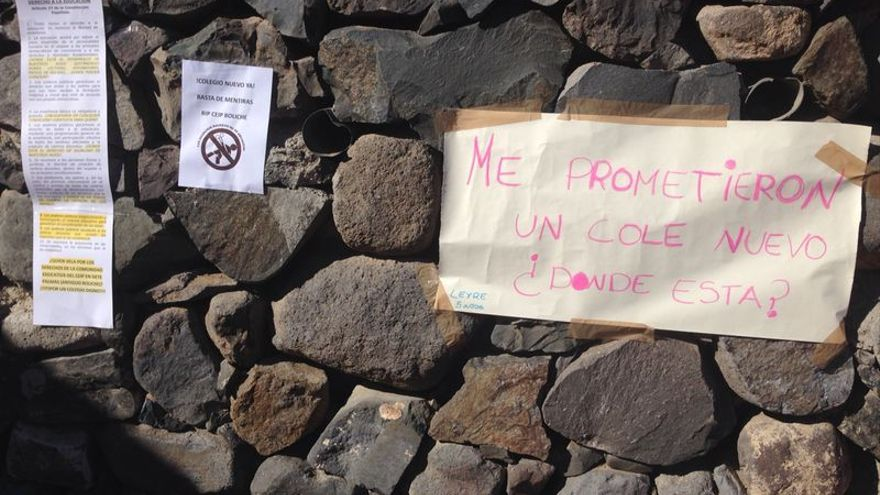 Carteles de protesta en el CEIP Boliche por la demora en la apertura del nuevo centro.