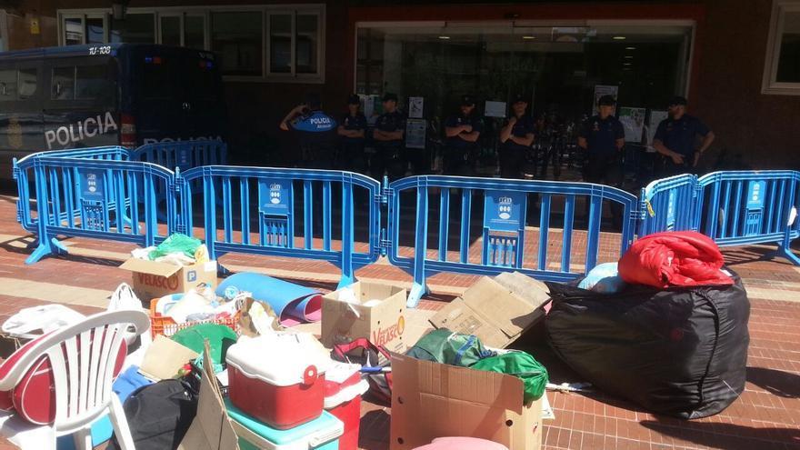 Enseres de la familia desahuciada en la entrada del Ayuntamiento de Alcorcón. / PAH Vallekas