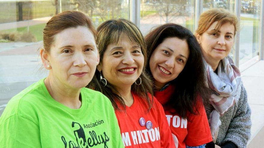Con camiseta roja, V. Sachenka y M. Marilú, camareras de piso del hotel Hilton, junto a dos compañeras