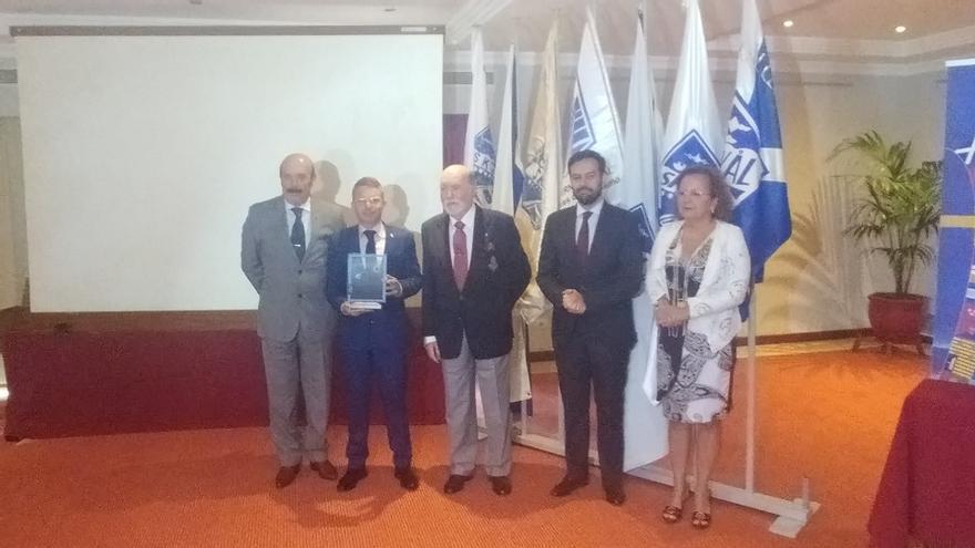 David Pérez, concejal de Turismo de Arona (segundo por la izquierda), en la entrega del premio